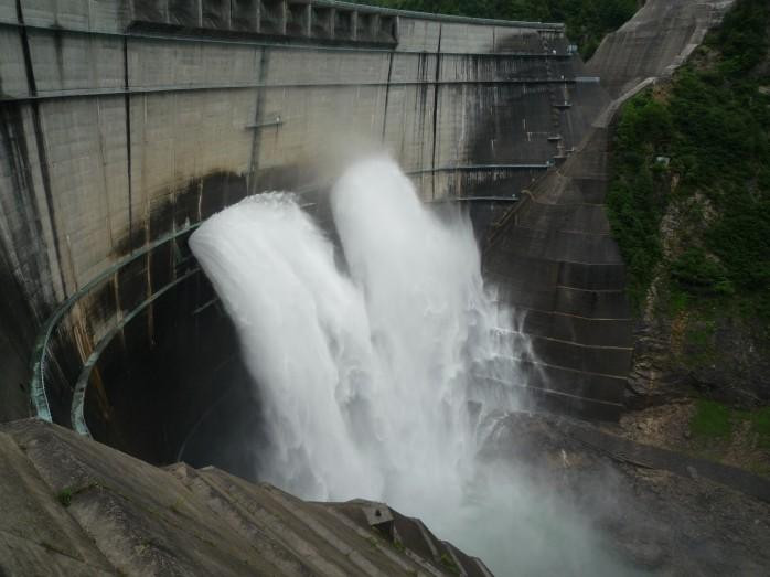 黒部ダム放水